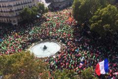 13h30 : la foule est très dense place Edmond-Rostand
