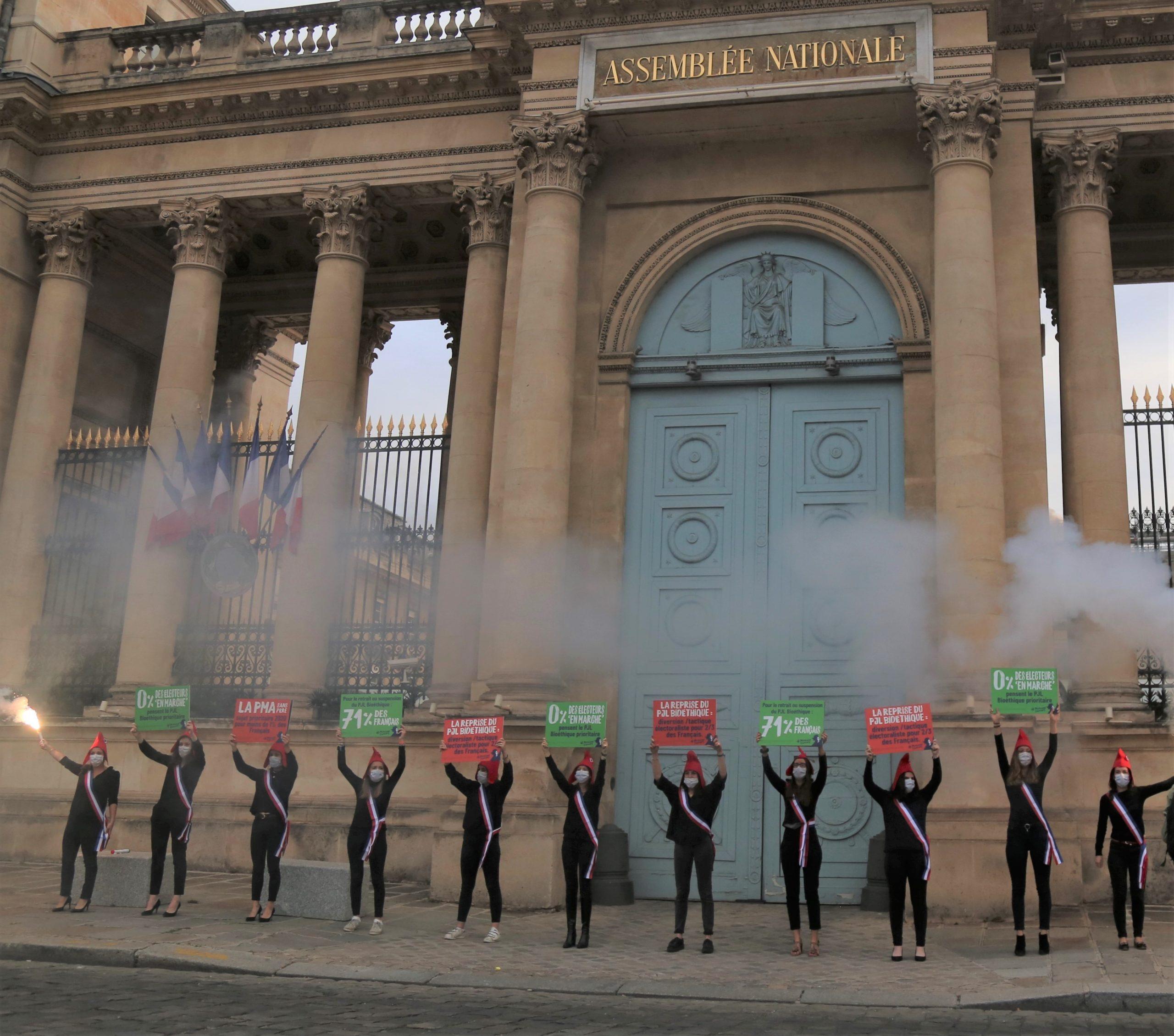 Image - Bioéthique : le gouvernement tente de passer en catimini, Marchons Enfants réplique devant l'Assemblée Nationale.